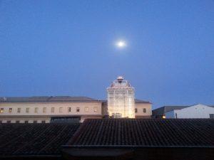 Luna llena en el cielo de verano de Madrid